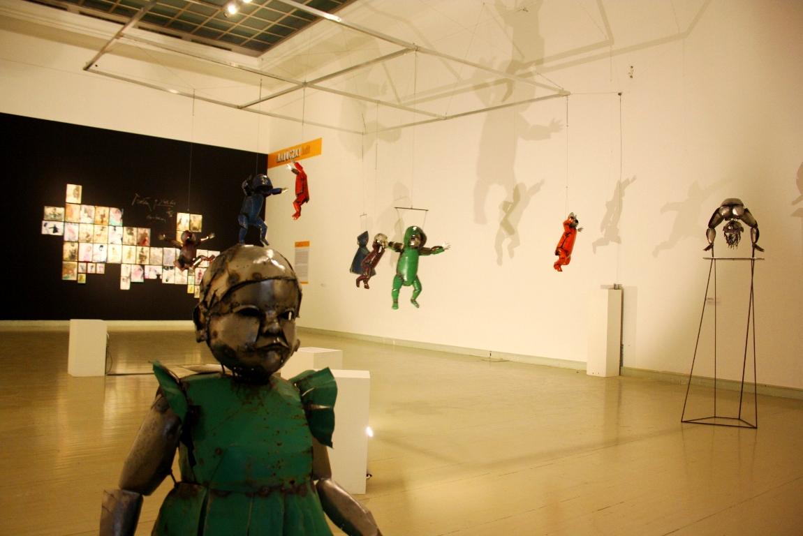 Enteriőr a Frissen kiállításon Rabóczky Judit munkáival