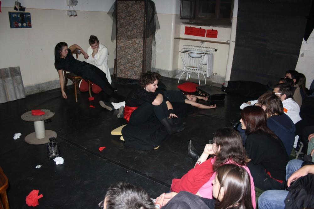 Izsó Zita Függés című darabjának előadása