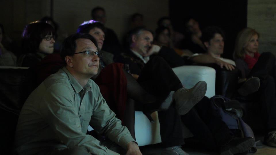 KönyvFilm bemutató az Akvárium Klubban - közönség, előtérben Balogh Endrével