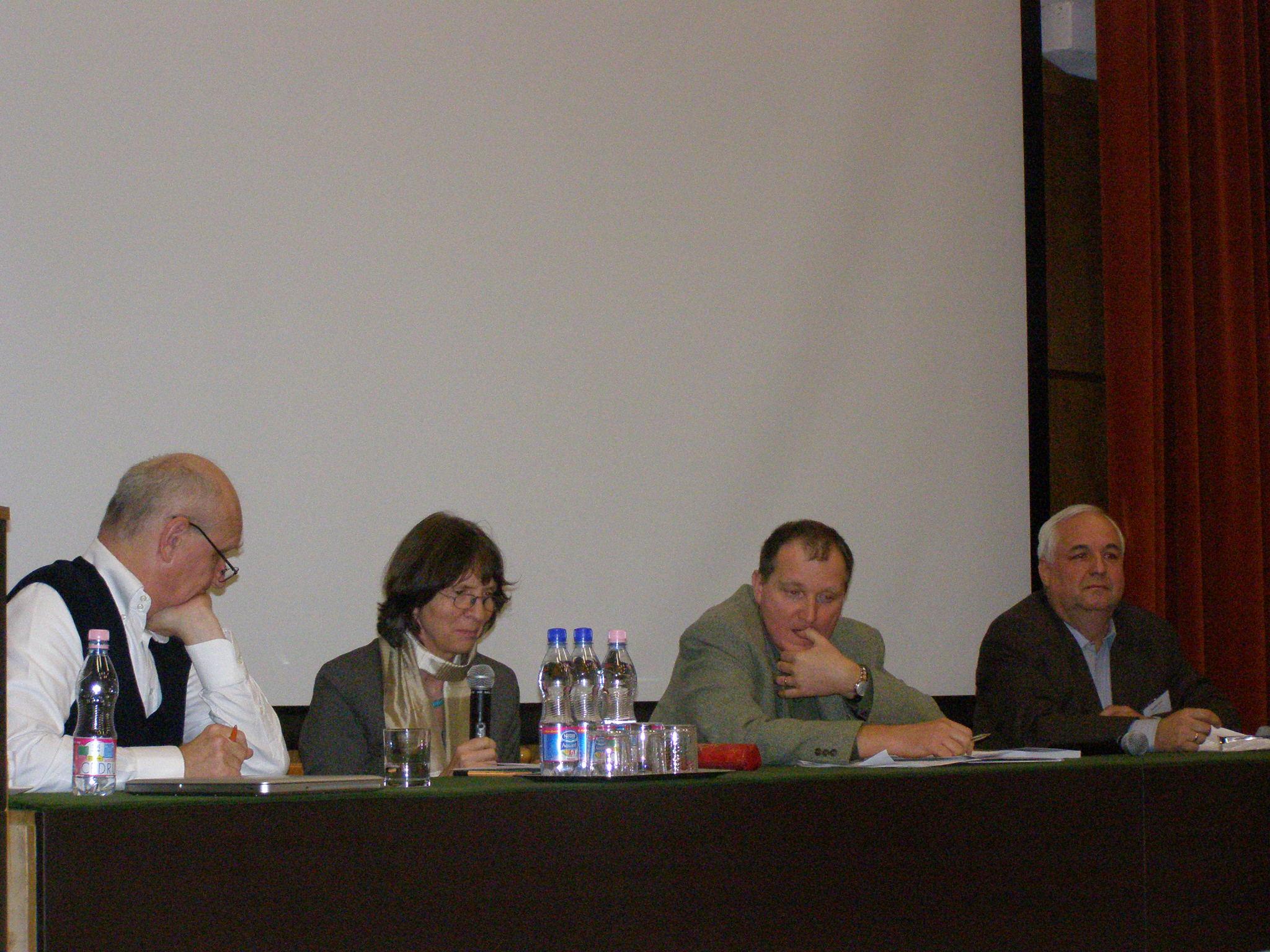 Az első kerekasztal résztvevői: György Péter, Aleida Assmann, Bényei Tamás és Bartha Elek