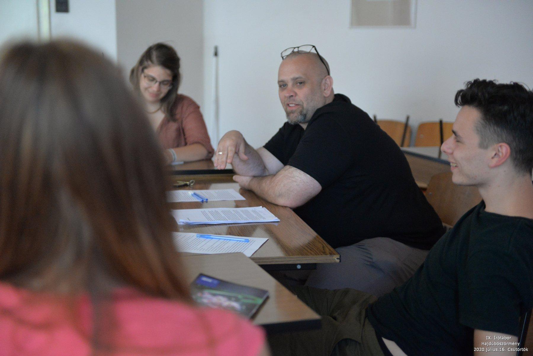 Sopotnik Zoltán a Hajdúböszörményi Írótábor egyik iskolájának vezetőjeként