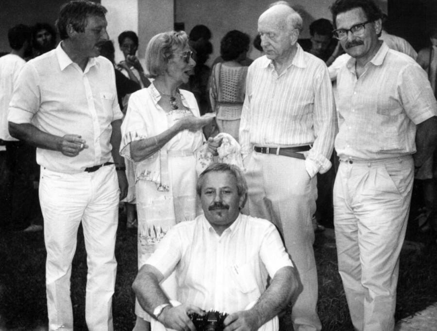 Nagy Pál, Kassák Klára, Schöffer Miklós, Bujdosó Alpár és lent Papp Tibor a Magyar Műhely találkozón Kalocsán 1985-ben (fotó: Vattay Elemér)