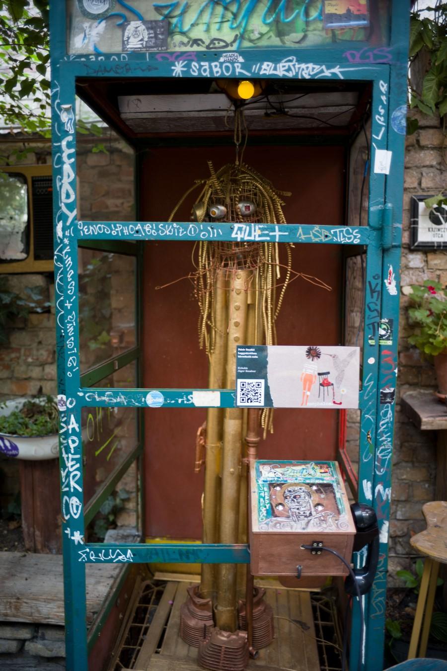 A Szimpla-telefonfülke lakója (fotó: Todoroff Lázár)