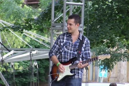 Zenélés közben