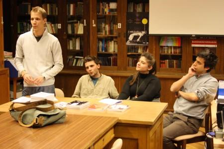 Barna Péter köszönti  vendégeket és a közönséget, tőle jobbra az Apokrif szerkesztői: Erdei Tamás, Torma Mária és veress dani