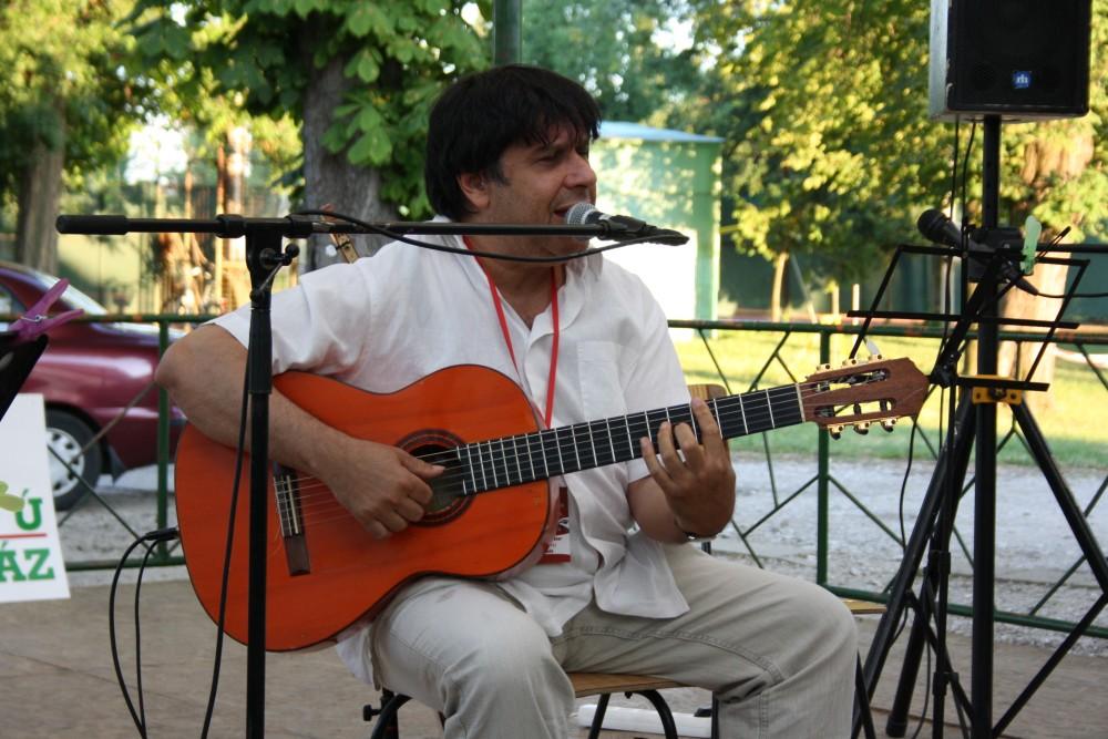 Gerendás Péter koncertezik a Fürdőkertben