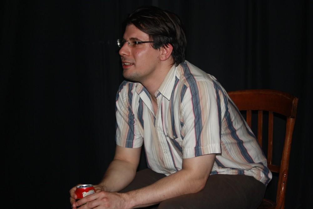 Pál Dániel Levente a Színláz Stúdió sötét függönyei előtt