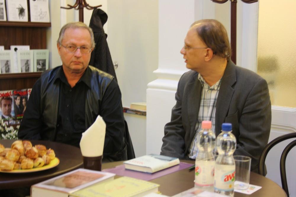 Az író kötetének debreceni bemutatóján Szirák Péter irodalomtörténésszel (jobbra) beszélgetett