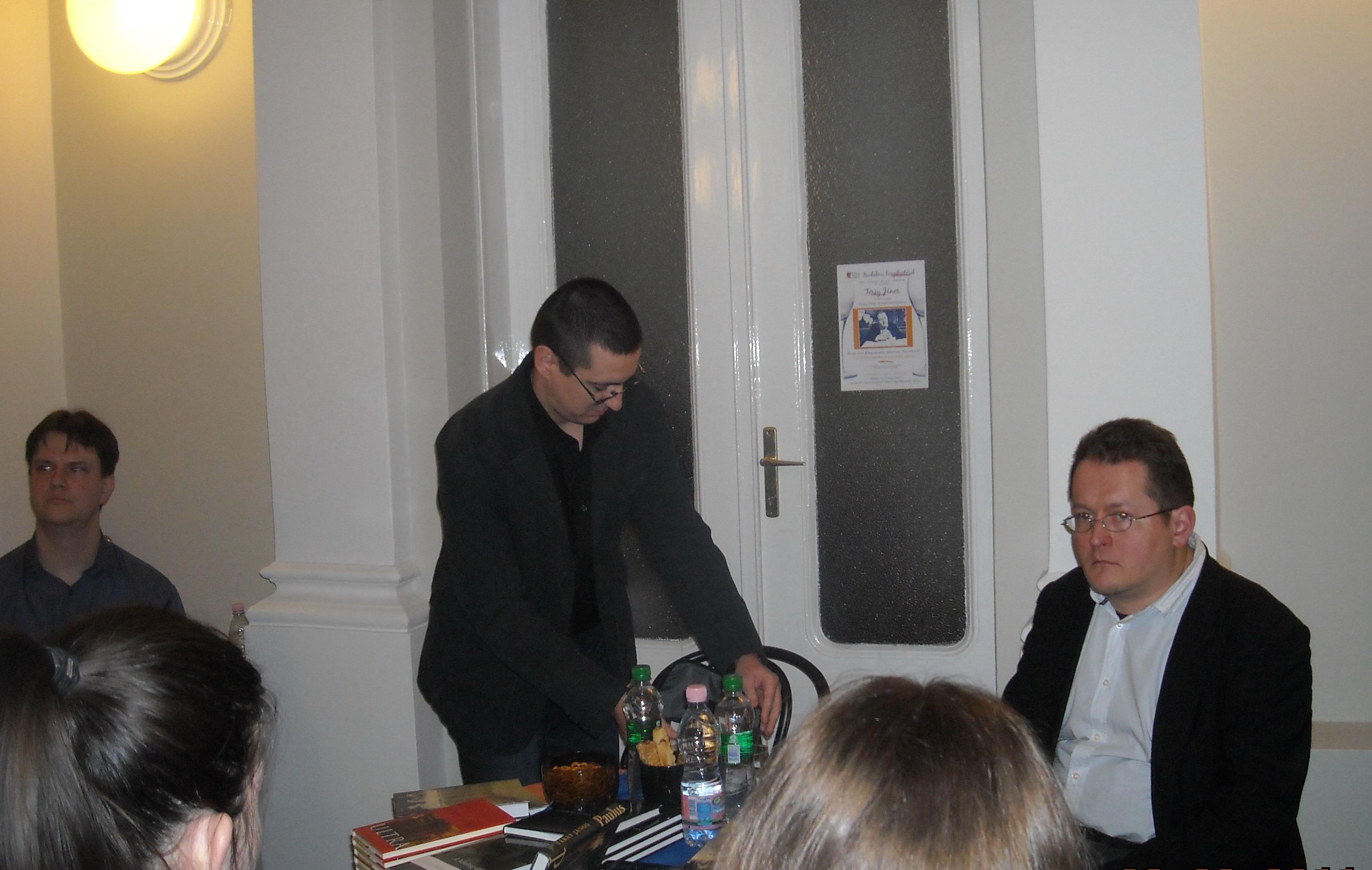 Író-olvasó találkozó a Líra Könyvesboltban