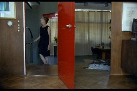 """Részlet Ursula Mayer """"Enteriőrök"""" című videóinstallációjából"""