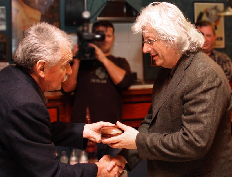 Aczél Géza átadja a díjat Esterházy Péternek