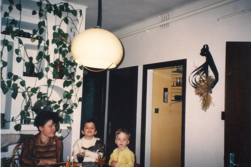 A kötet szerzője, édesanyjával és bátyjával a harmadik születésnapján, 1991. (fotó: Fekete Sándor)