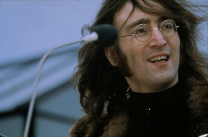 Lennon egy háztetőn