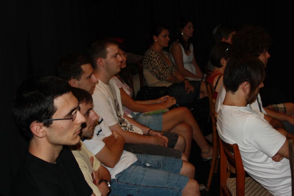A közönség a Színláz Stúdió fekete függönyei közt